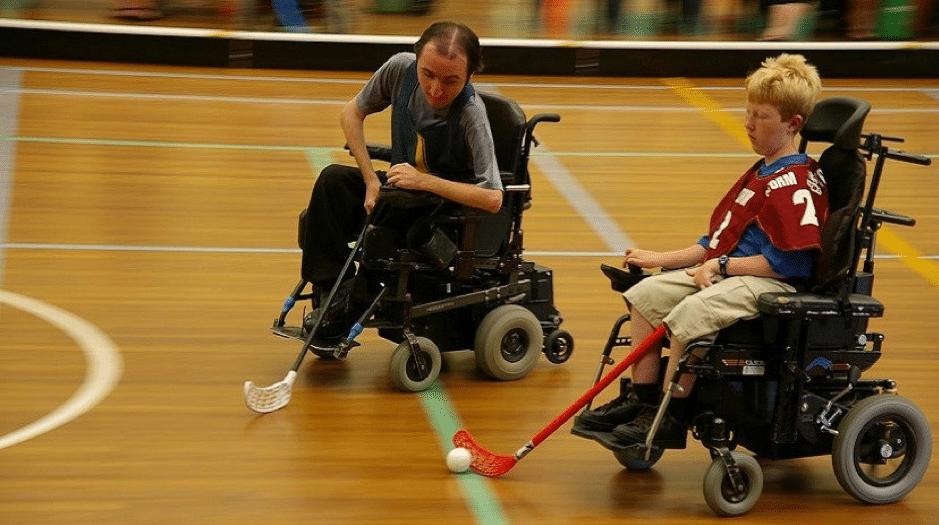jugando en sillas de ruedas electricas