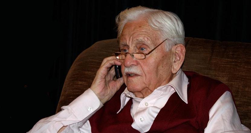 hombre mayor con telefono