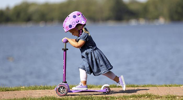niña con patinete eléctrico